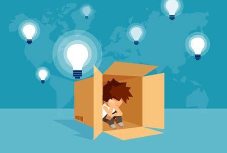 Imagem de um garoto cabisbaixo dentro de uma caixa de papelão.