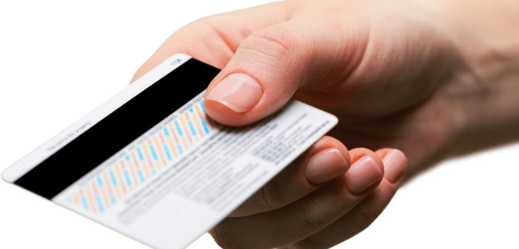 Cego também é consumidor. Fotografia  de mão feminina segurando um cartão de crédito.