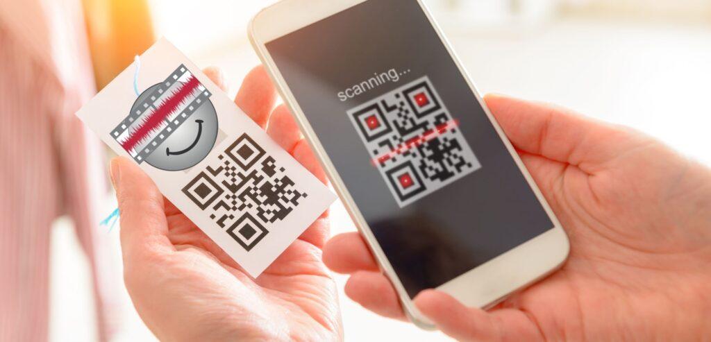 Fotografia aproximada de um celular escaneando um QRCode de uma peça de roupa.