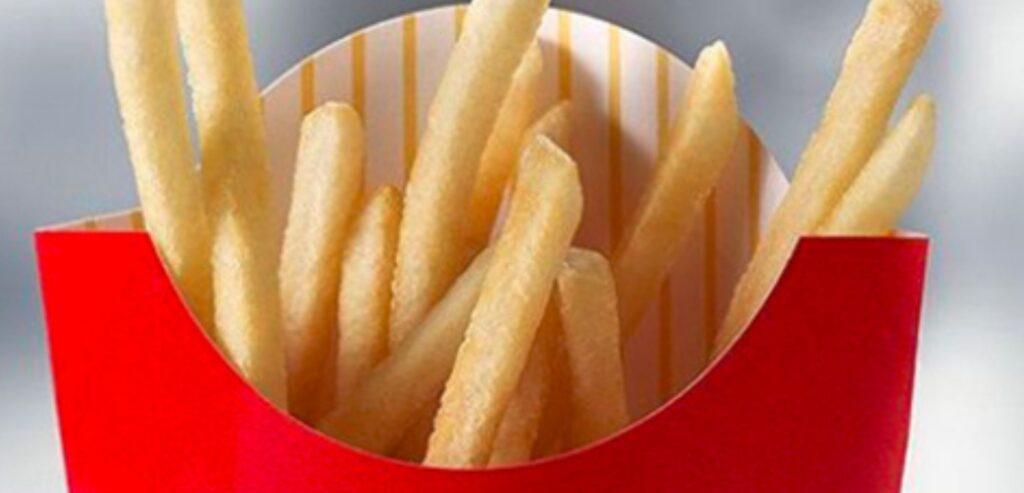 Fotografia em close do interior da embalagem de batata frita do mcdonalds.