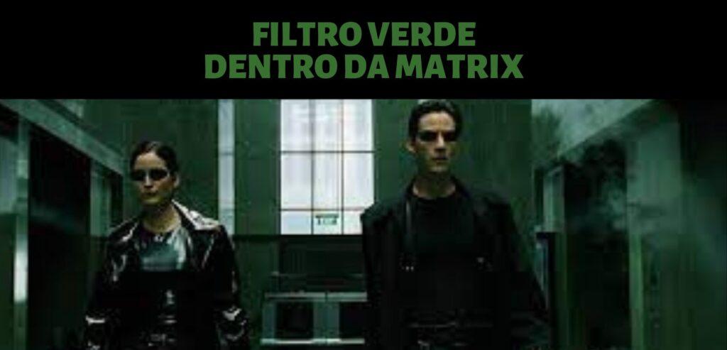 Imagem de Neo e Trinity, do filme matrix. No topo, ao centro, o texto: Filtro verde, indicando que eles estão dentro da Matrix. Eles usam roupas pretas e óculos escuros. A imagem tem um filtro verde.
