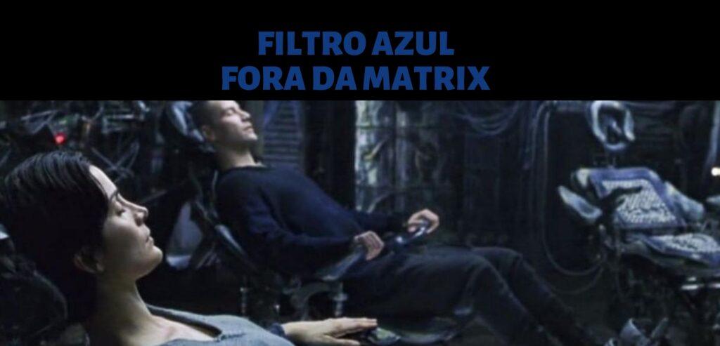 Imagem com o texto: Filtro azul, indicando que estão fora da matrix. Logo abaixo, cena de neo e Trinity deitados nas cadeiras da nave Nabucodonosor, de Matrix. Neo está de roupa preta e Trinity está de cinza. A imagem tem um filtro azul.