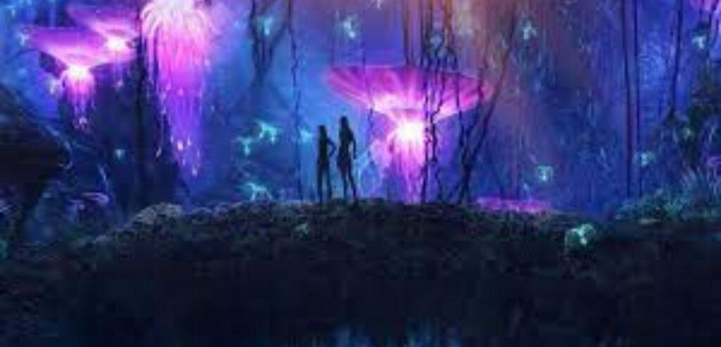 Imagem de Pandora, floresta mágica do filme Avatar. Os personagens Zeytiri e Jake estão na floresta de pandora. O ambiente está escuro e há seres iluminados e plantas místicas na cor roxa.